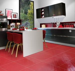 cucina-rock-rosso-pareti-bianche-vetro-u2nico
